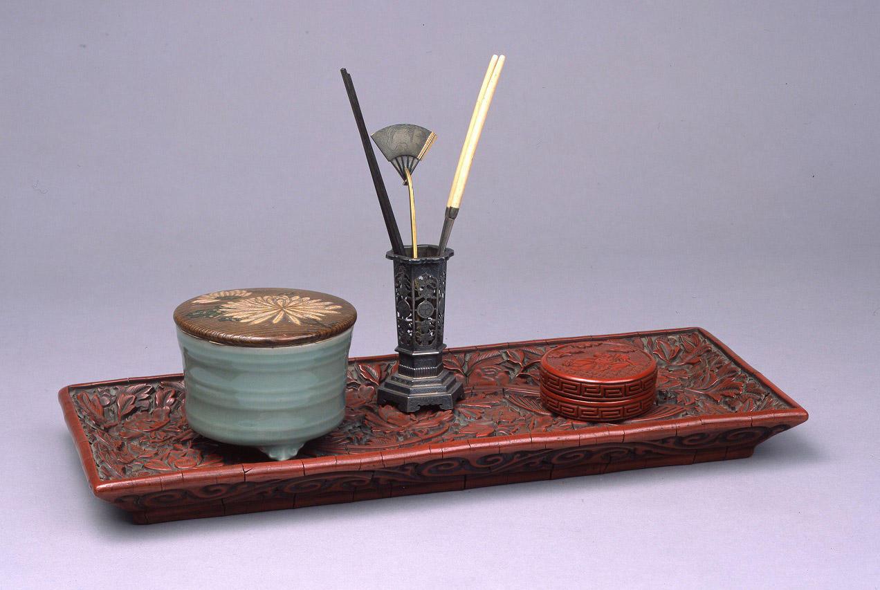 青磁香炉 銘 白菊<br />堆朱布袋図香合 香盆飾り