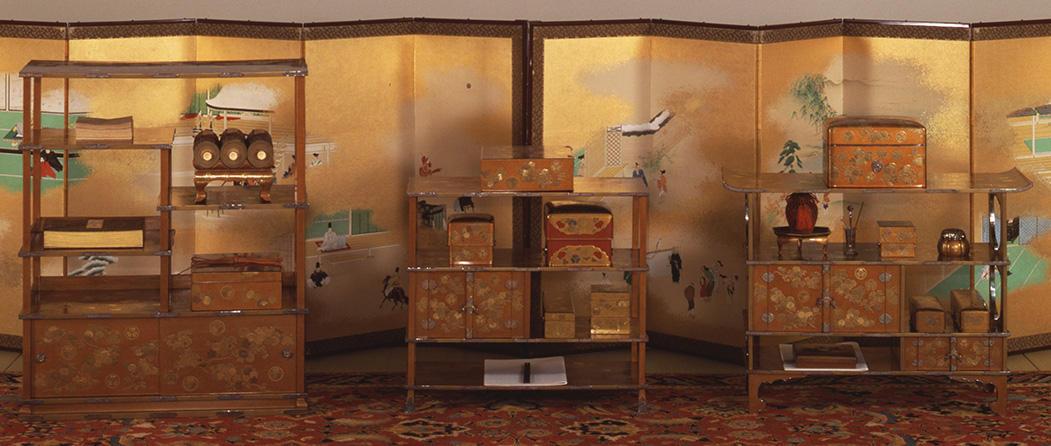 菊折枝蒔絵三棚飾り